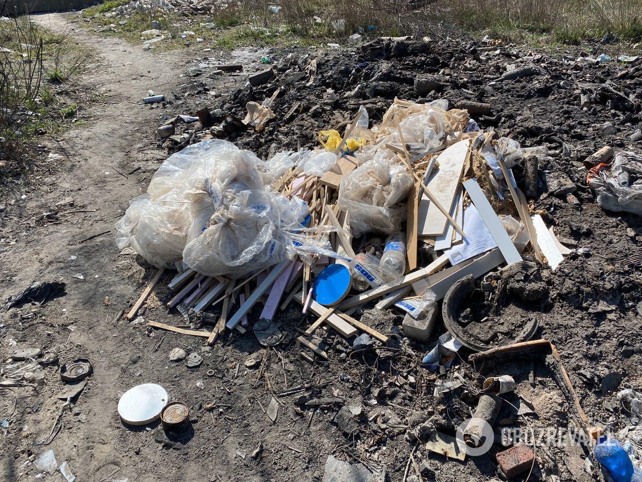 На Позняках бездомные организовали незаконную свалку