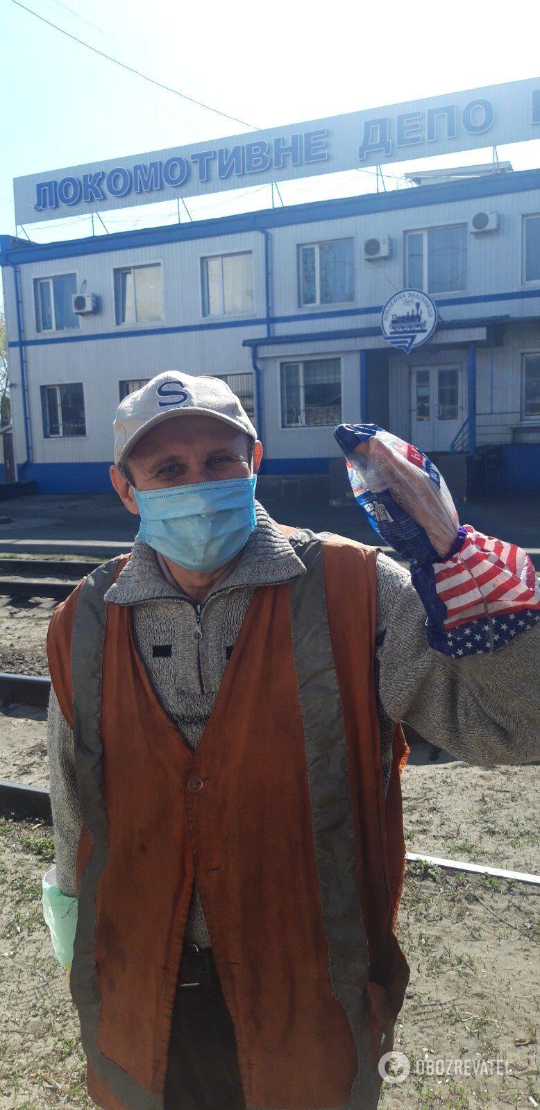 А вместо перчаток, которые рабочим также не выдают, люди надевают пакеты из-под батона