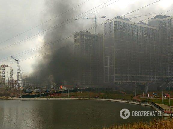 В Киеве на левом берегу вспыхнул масштабный пожар со взрывом
