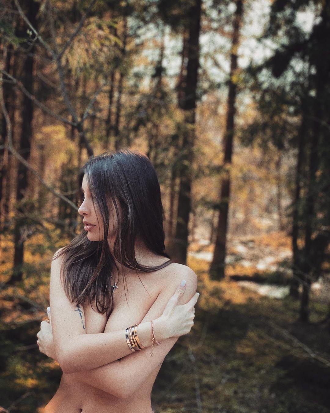 Кети Топурия оголила грудь