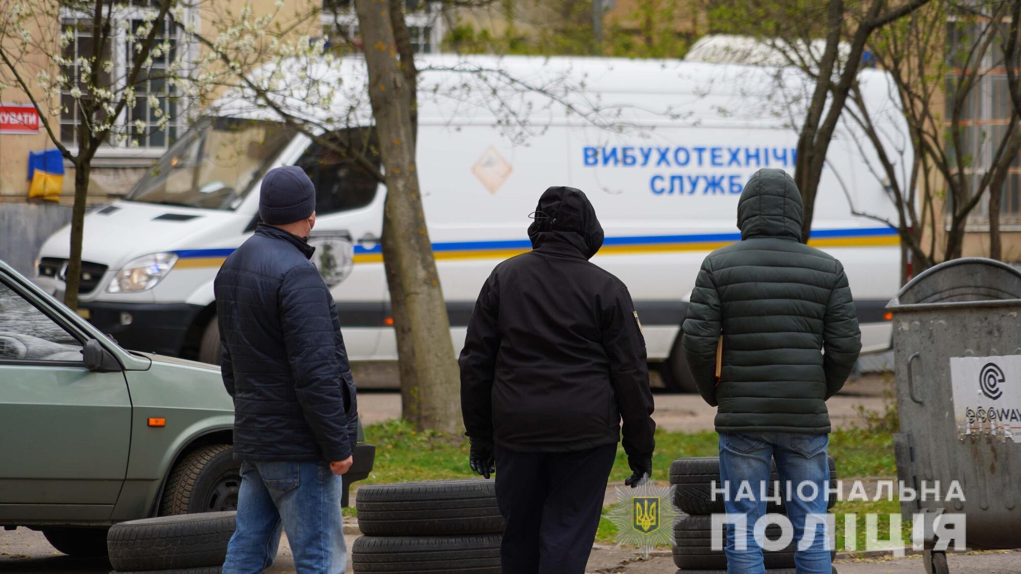 Смертельний вибух біля лікарні Львова: перші фото з місця події
