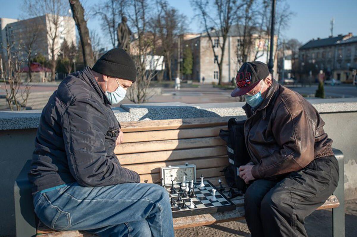 Люди старшего возраста вынужденно ведут социально закрытый образ жизни