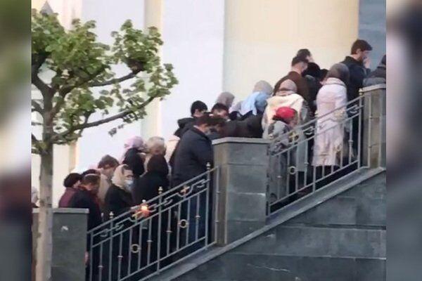 У Дніпрі натовп парафіян зібралася у церкви