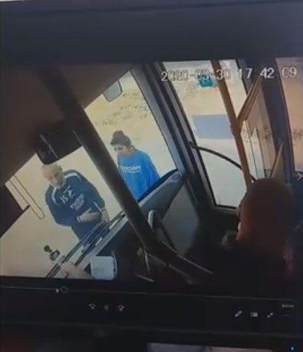 В Кропивницком пассажиры разбили автобус из-за замечания о масках. Видео