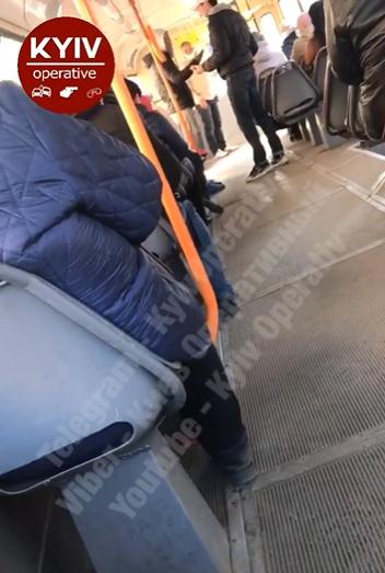 """Потасовка в трамвае из-за """"лишнего"""" пассажира"""