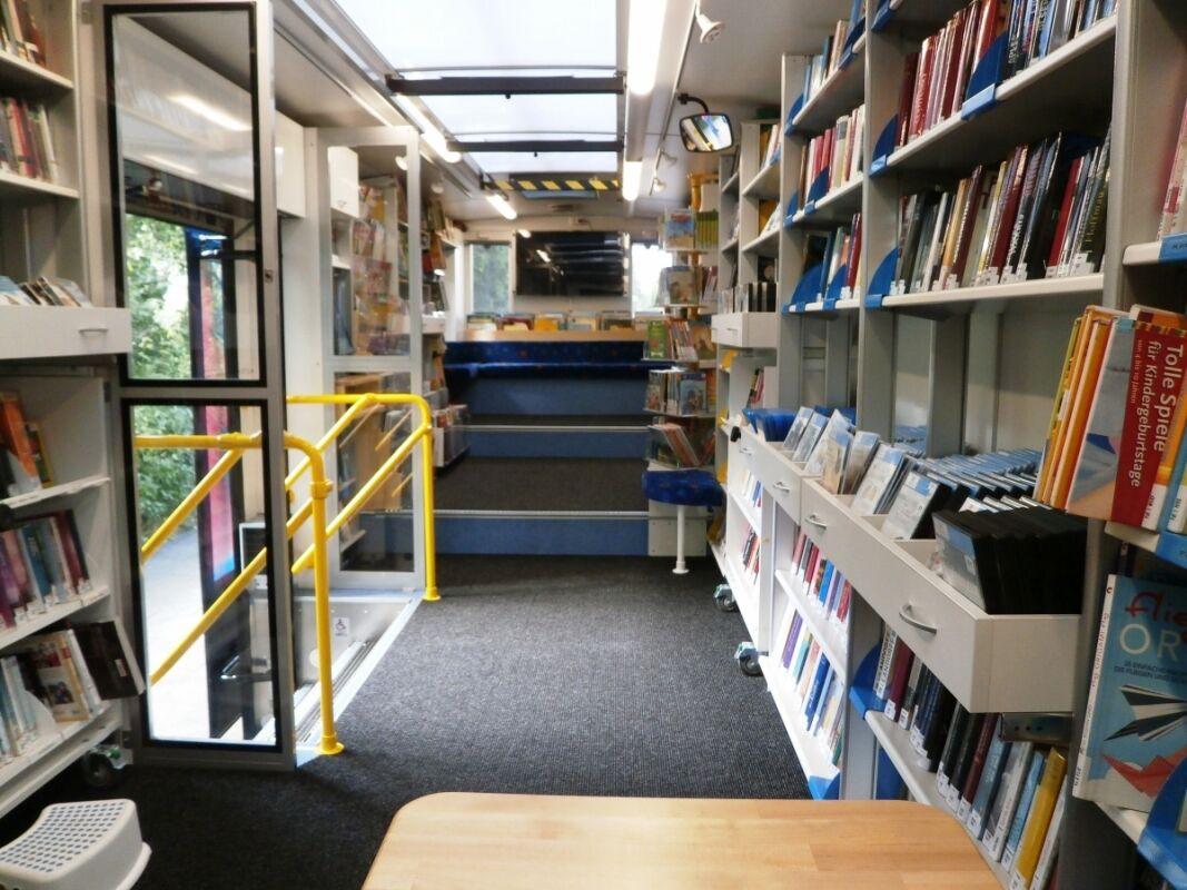 Так выглядит внутри более современный проект передвижной библиотеки