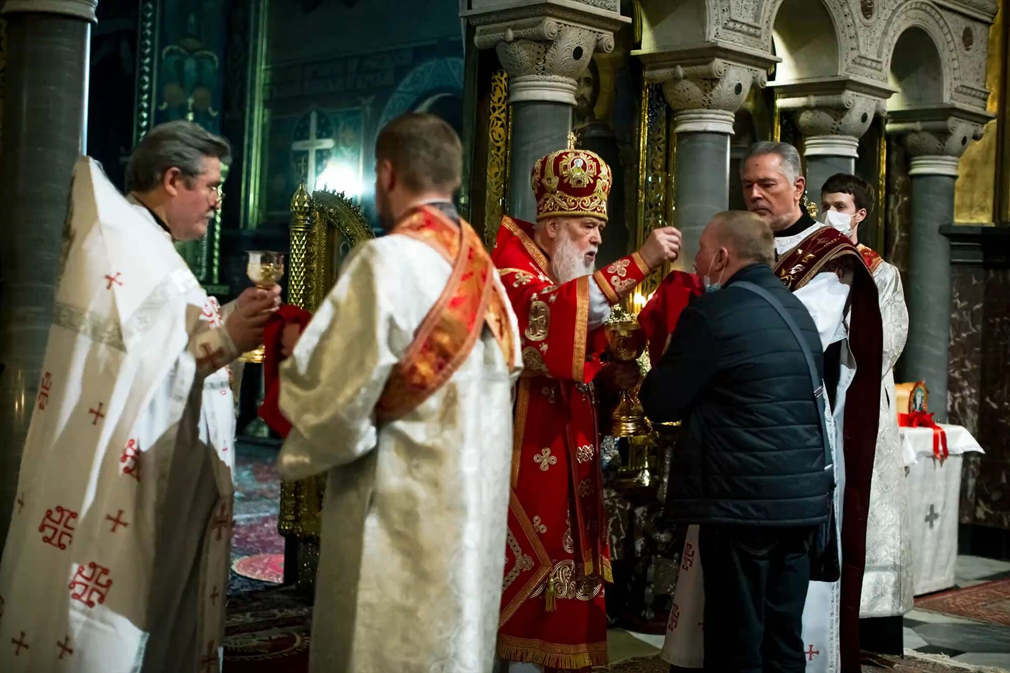 Филарет на Пасху причащал прихожан из одной ложки и давал целовать Библию