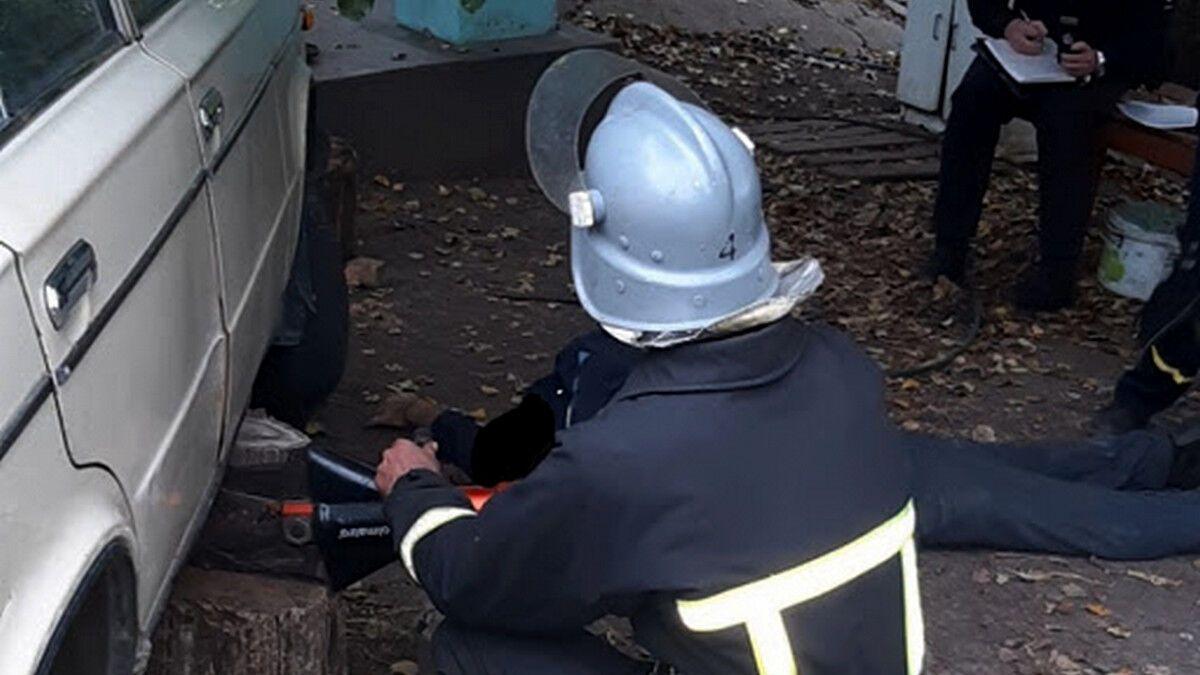 Под Днепром мужчина погиб под колесами собственного авто