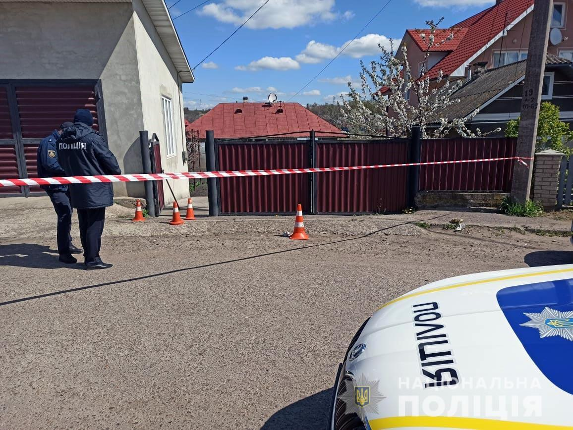 Кривава драма на Буковині: чоловік зарубав дружину та встромив ножа у серце на очах у дитини