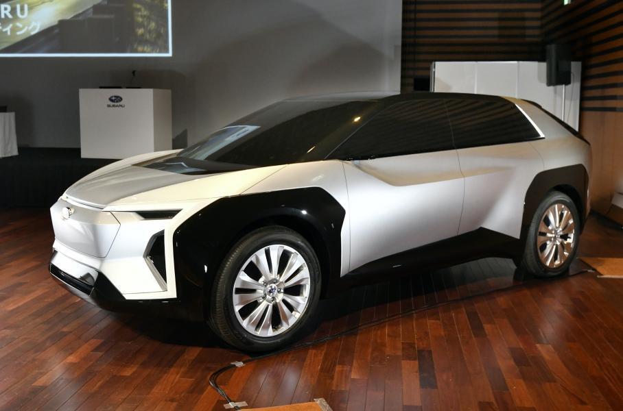 Макет первого электромобиля Subaru