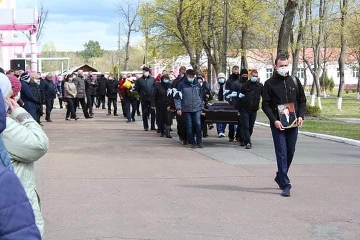 Карантин? Не слышали! Толпа пенсионеров в разгар COVID-19 пришла на похороны в Шостке