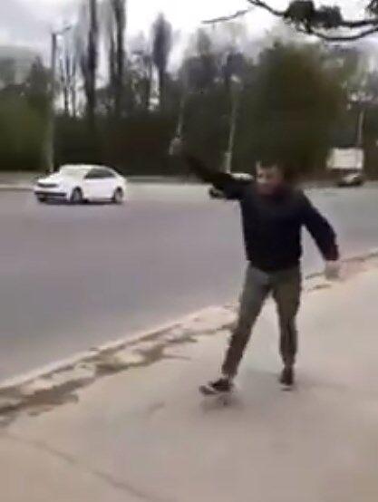 """""""Ну стріляйте, сц*куни!"""" У Кропивницькому патрульні затримали агресивного неадеквата з ножем і битою"""