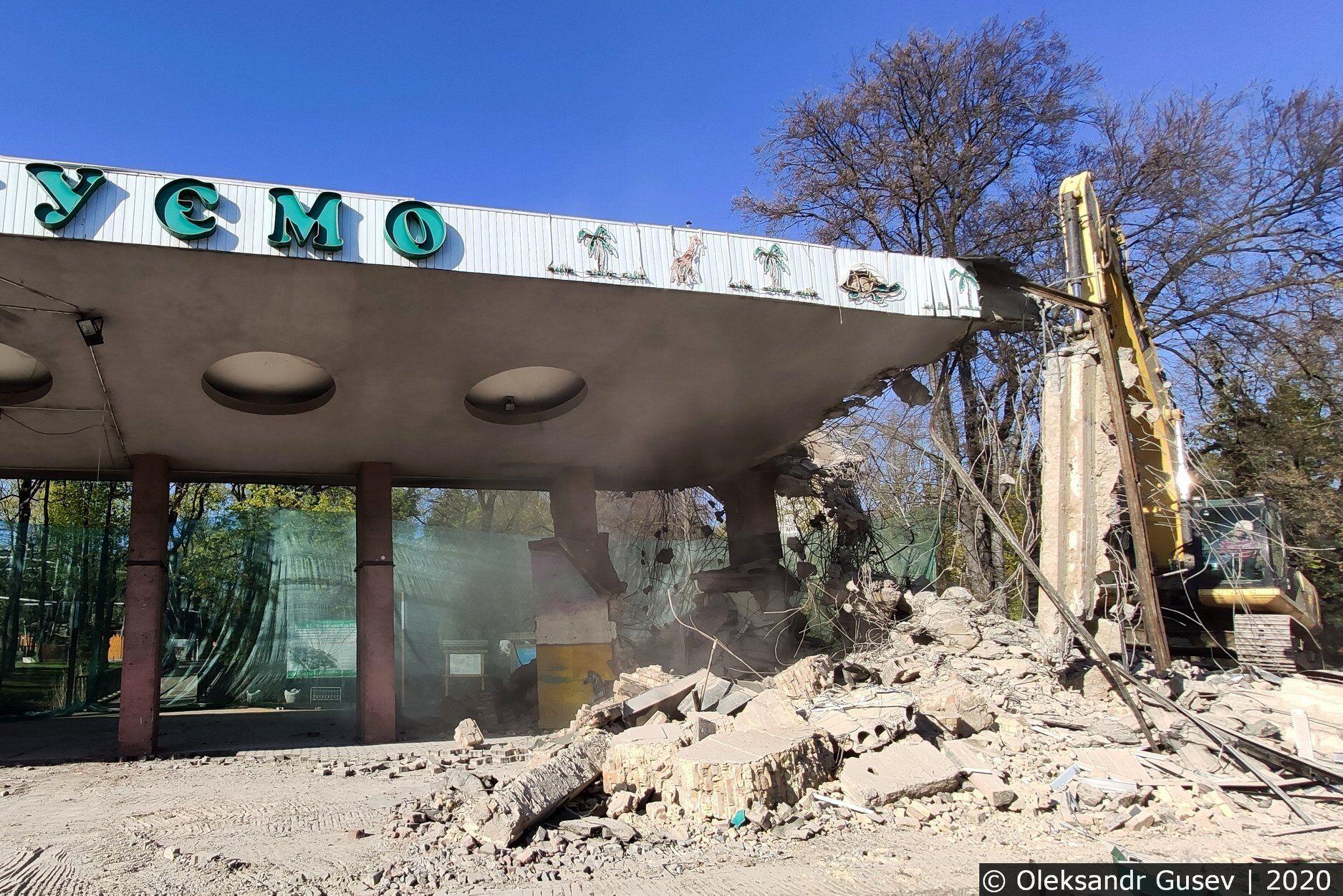 В Киеве бульдозером снесли вход в зоопарк