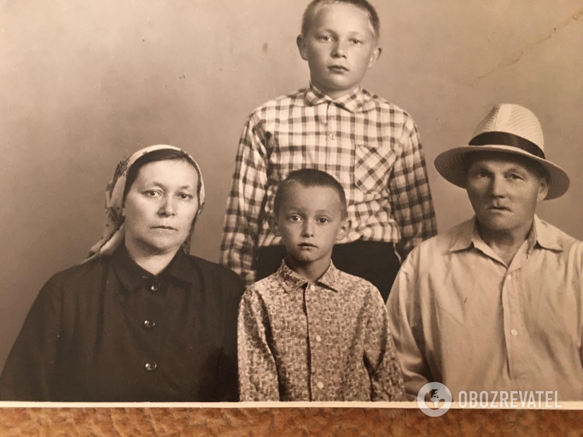 Семья Ананенко, Алексей по центру в нижнем ряду