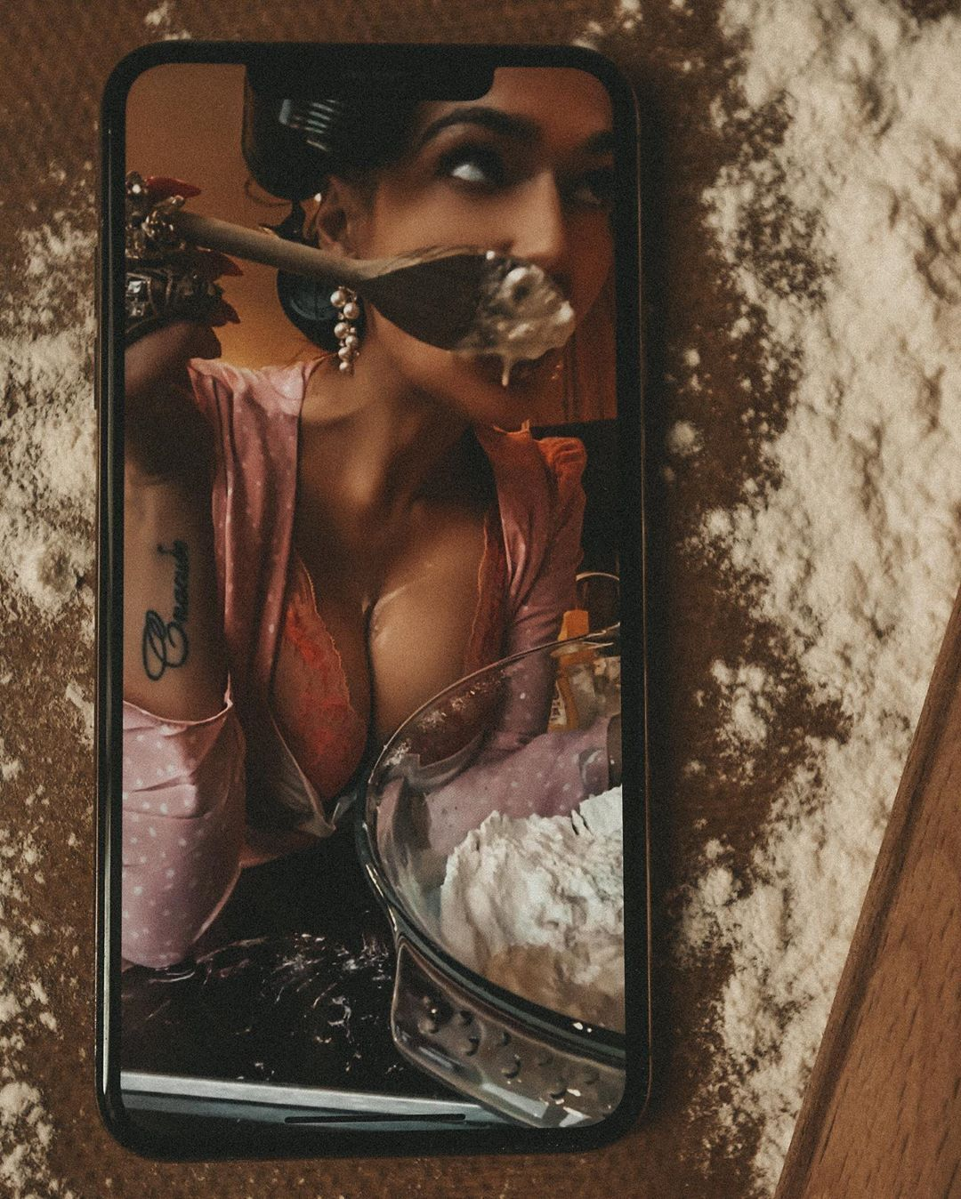 Алена Водонаева сексуально позирует на камеру