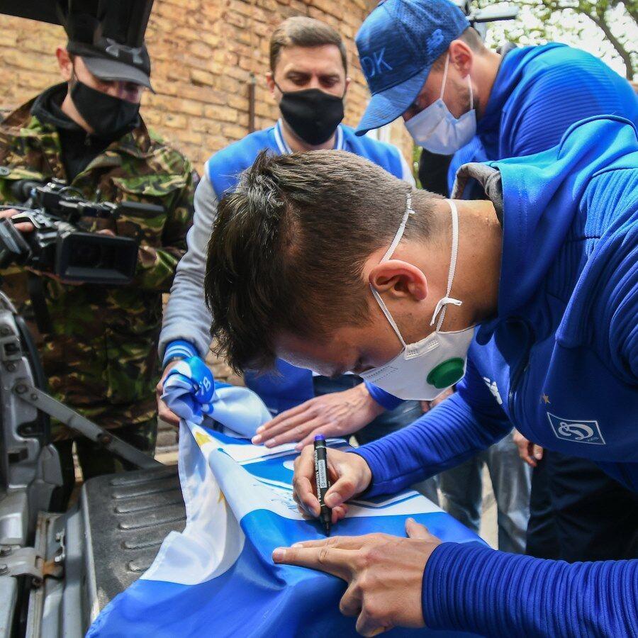 """Футболісти """"Динамо"""" подарунками підтримали в госпіталі поранених воїнів АТО"""