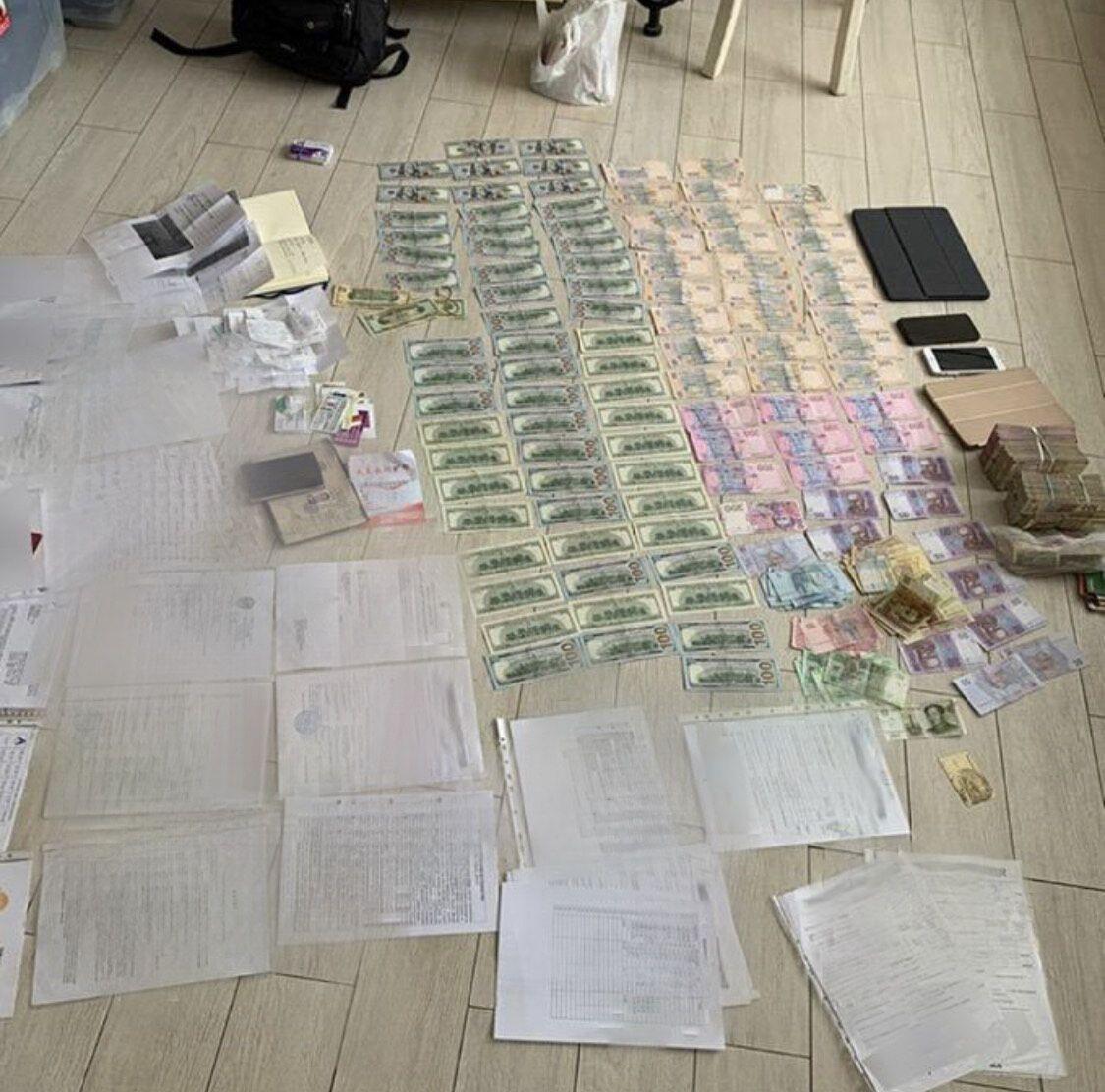 Вилучені гроші і документи