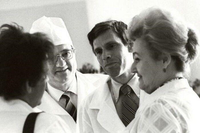 Американський лікар Роберт Гейл (у центрі)