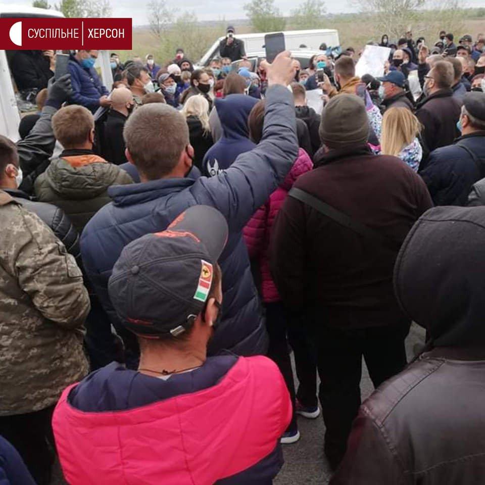 Под Херсоном сотни фермеров перекрыли мост из-за закрытых рынков