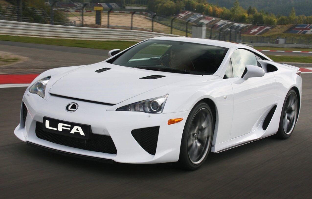 У фірмовому білому кольорі Lexus LFA виглядає краще