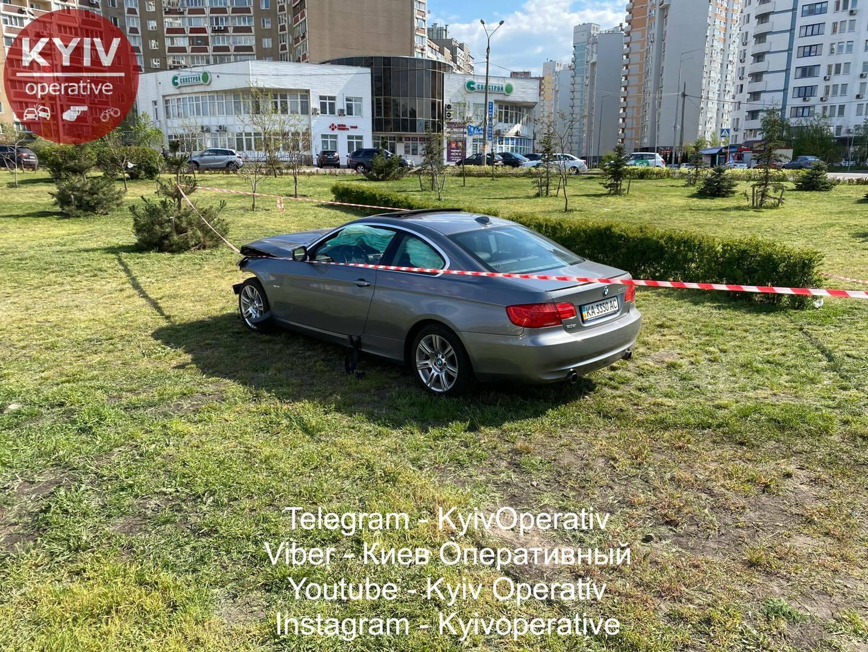 У Києві BMW збило на смерть жінку і влетіло в іншу машину
