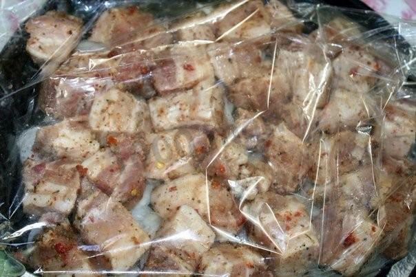 Викладіть м'ясо і цибулю в рукав для випікання