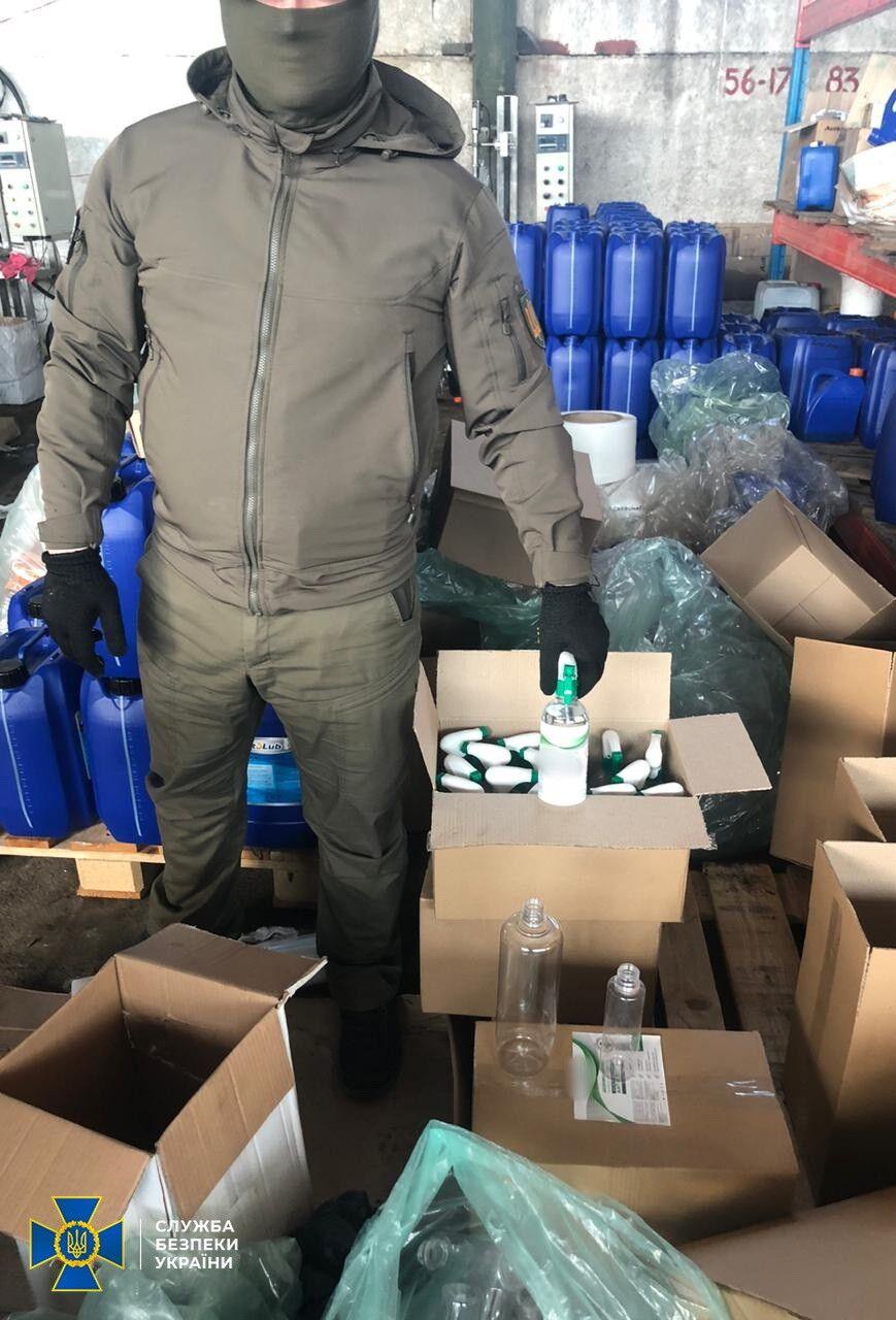 На Київщині незаконно робили та продавали військовим небезпечні антисептики