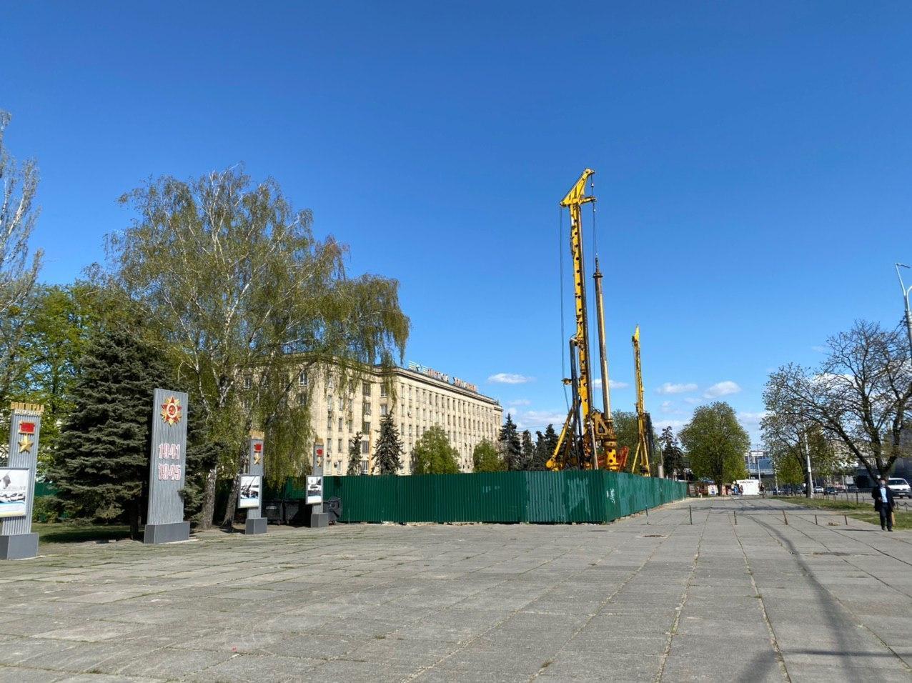 Строительная площадка на проспекте Победы, 50-а с января обнесена забором, за которым ведутся работы. Частично захвачена площадь