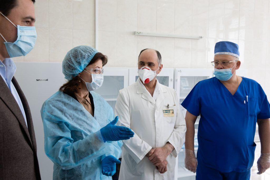 15 спасенных жизней за неделю: Фонд Порошенко передал киевской больнице новую партию ИВЛ