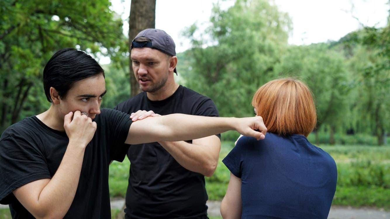 Денис Безвершенко (в центрі)