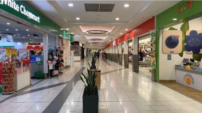 Пустые коридоры в торговом центре: люди не хотят болеть