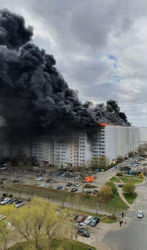 Загорелись крыши нескольких домов