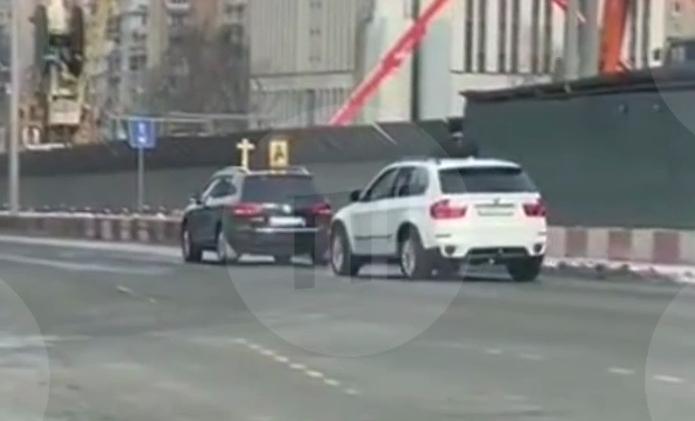 У Росії священники на джипах окропили вулиці святою водою від COVID-19