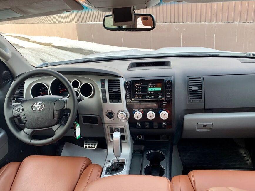 Toyota Tundra з обличчям Land Cruiser 200 (салон без будь-яких змін)
