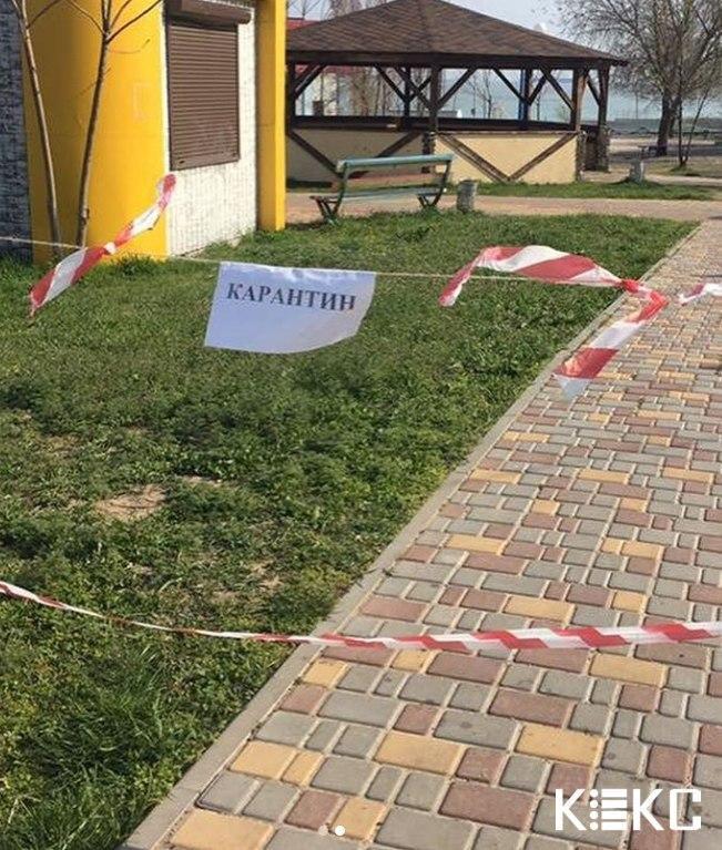 Море и пляжи в Одессе из-за карантина закрыли лентами и шлагбаумами