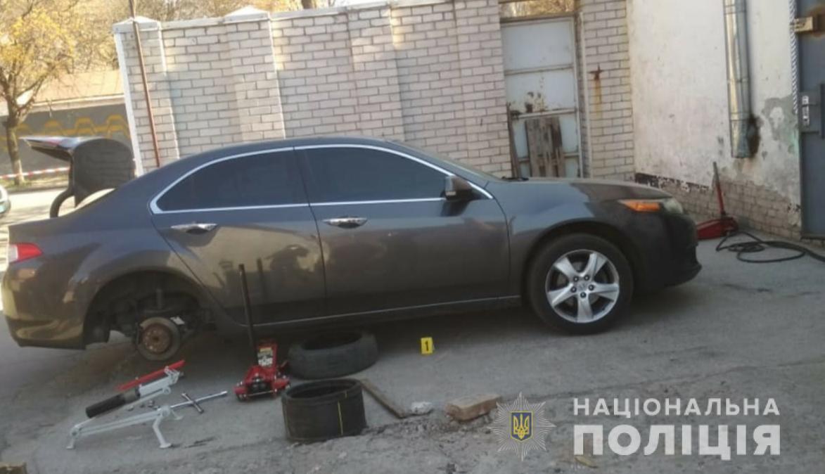 У центрі Дніпра під авто виявили бомбу