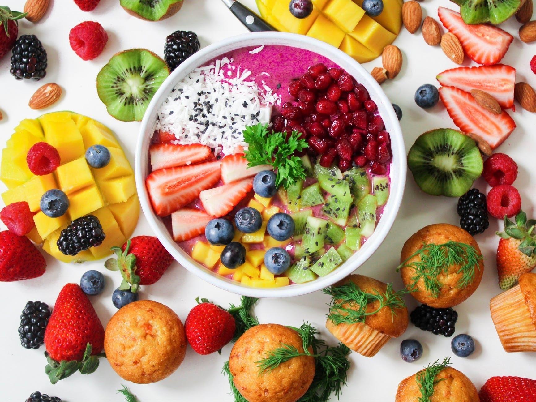 Полностью отказываться не нужно: диетолог развенчала главные мифы о сахаре при похудении