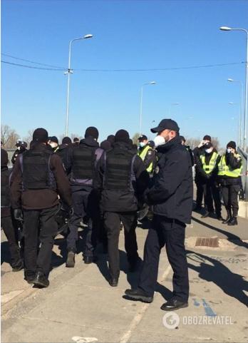 Поліція охороняє вхід у Гідропарк