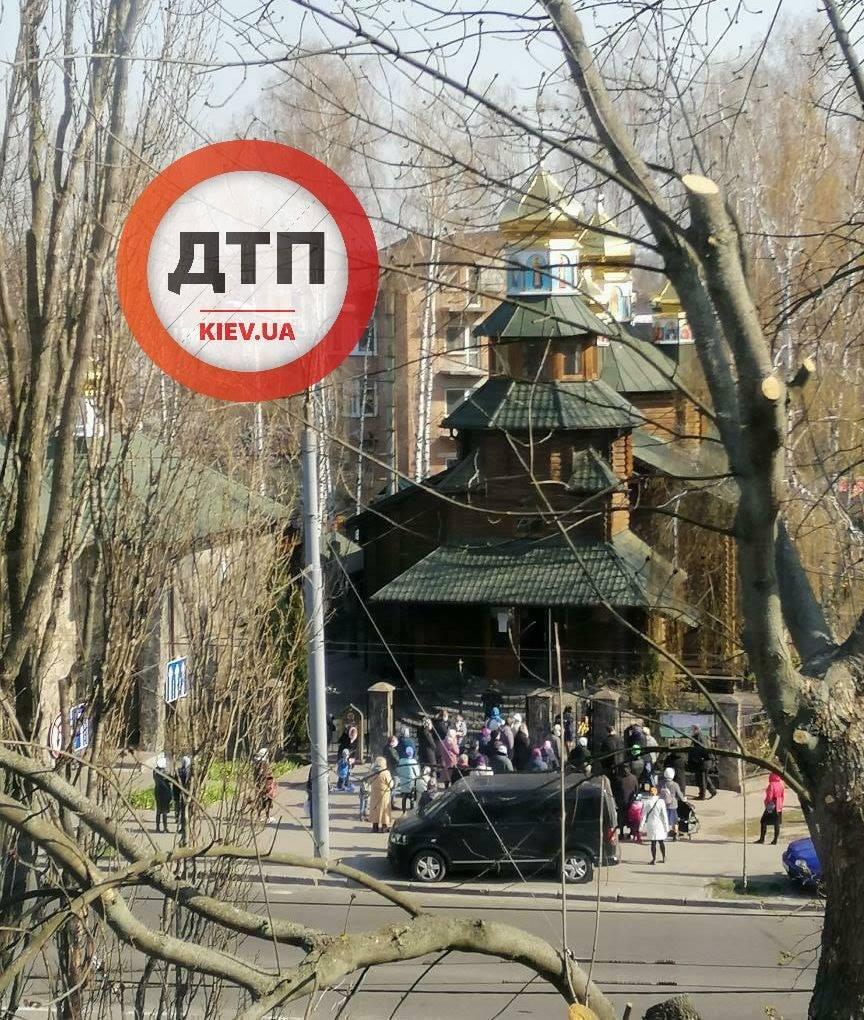 В Киеве толпа с детьми пришла в церковь во время карантина