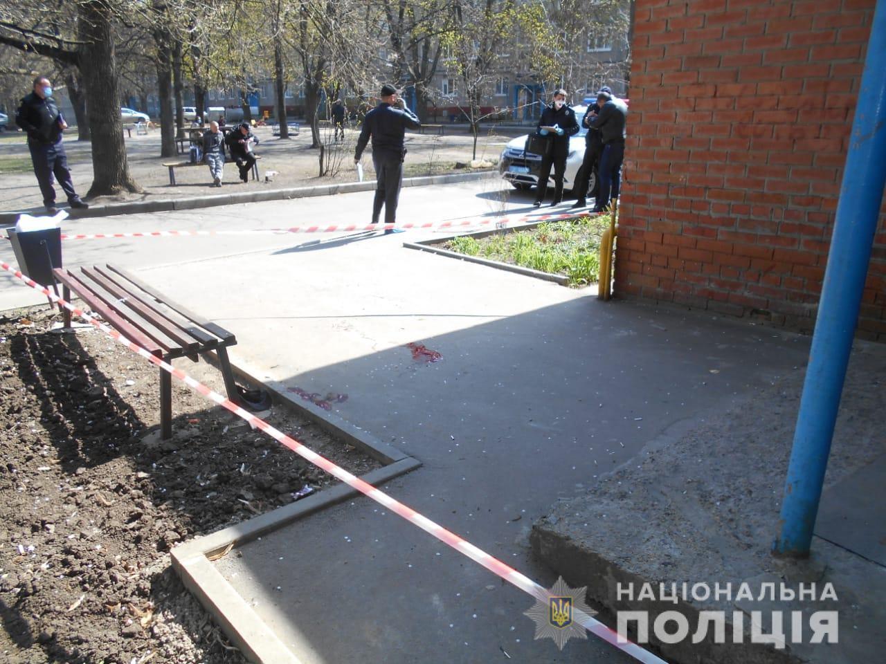 У Харкові жінка вдарила чоловіка ножем в голову. Фото та відео 18+