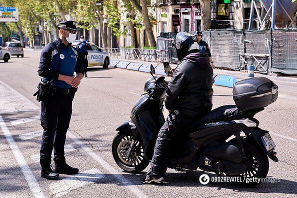 На карантине полиция Мадрида проверяет всех