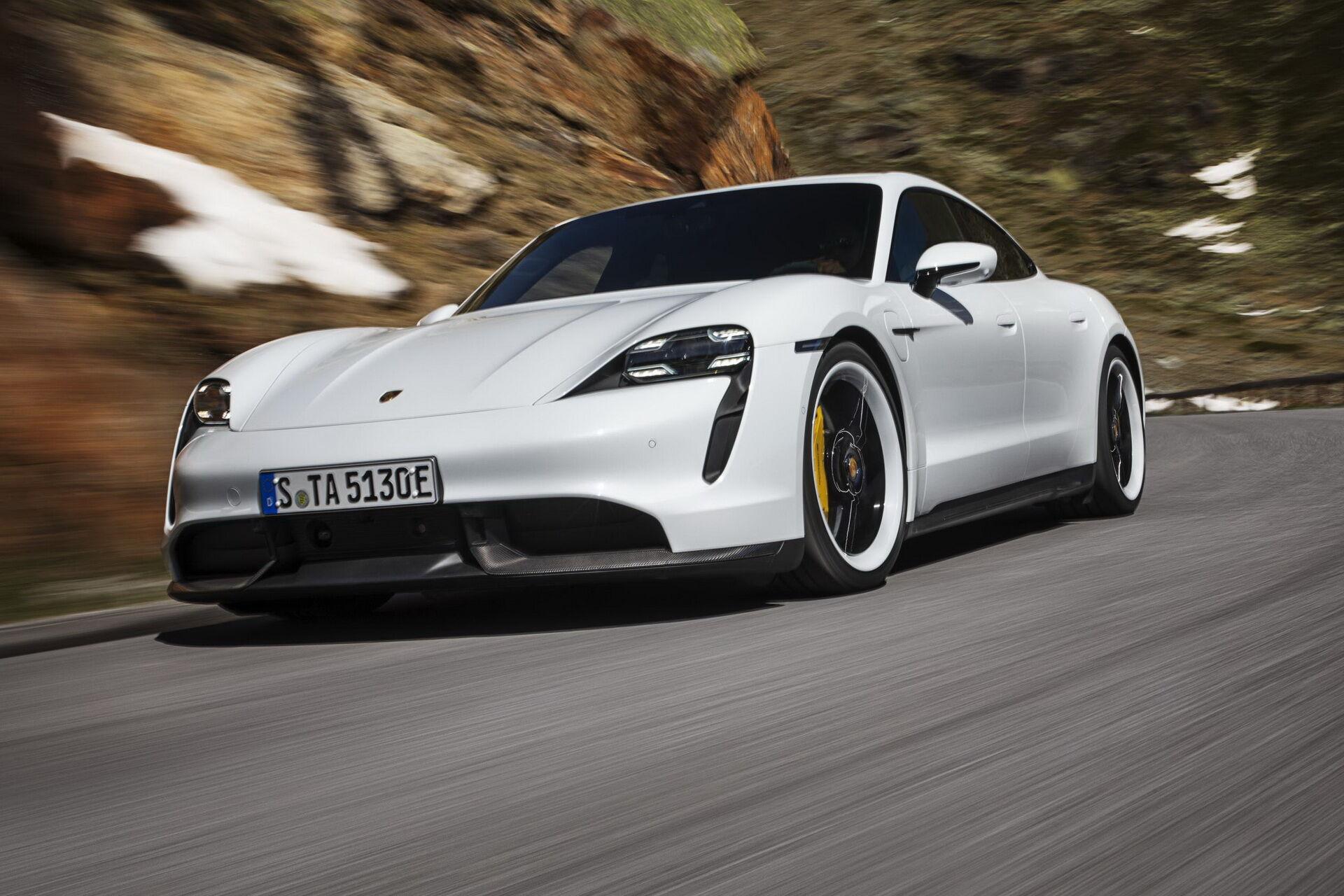 Porsche Taycan забрав відразу дві нагороди WCOTY 2020