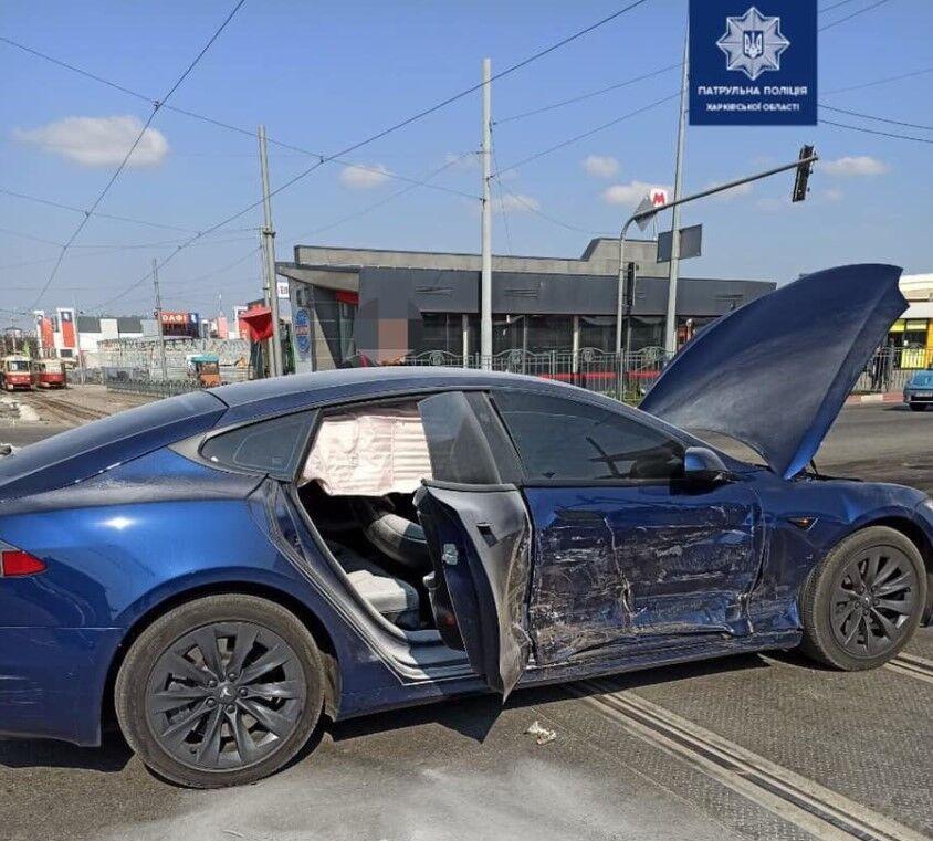 Удар пришелся в боковую часть кузова Model S