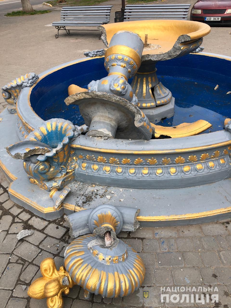 На Київщині дівчина з сестрою на плечах видерлася на фонтан заради фото і зламала його