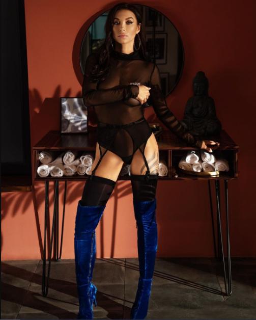 Полина Логунова сексуально позирует на камеру
