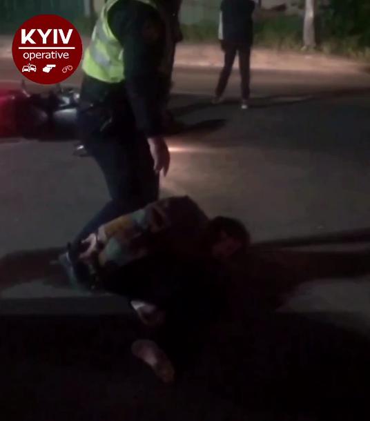 """""""Я все усвідомив, братан!"""" У Києві п'яний водій мотоцикла зламав ногу поліцейському. Відео 18+"""