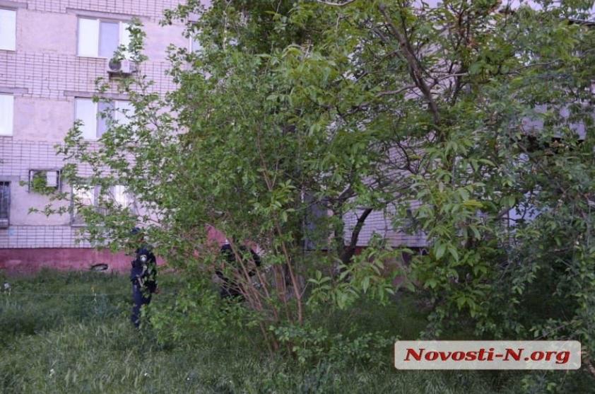 Не випускали з дому в карантин: у Миколаєві пенсіонерка викинулася з вікна. 18+