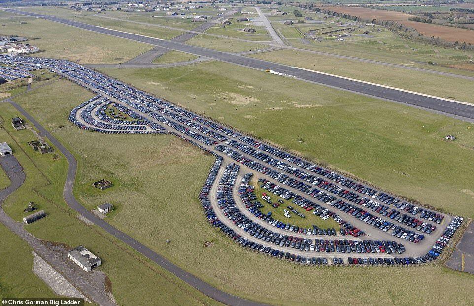 Британская авиабаза, заполненная новыми авто