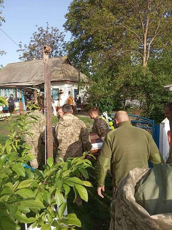Встречали на коленях: в Винницкой области простились с убитым на Донбассе воином