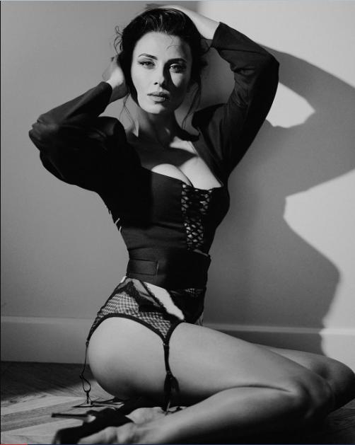 Анастасія Кумейко сексуально позує на камеру
